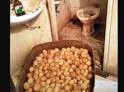 शौचालय के अंदर रखे गोलगप्पे