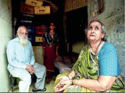 बोरीवली के अपने घर में बेटी सीमा के साथ ब्रजेश सोनी और उनकी पत्नी