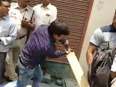 विडियो: बीजेपी नेता कैलाश विजयवर्गीय के बेटे ने इंदौर नगर निगम के अफसर को क्रिकेट बैट से पीटा