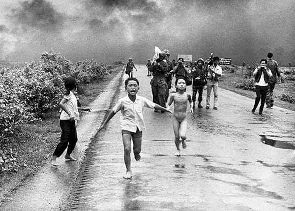 जान बचाने के लिए नंगे भागते वियतनामी बच्चे
