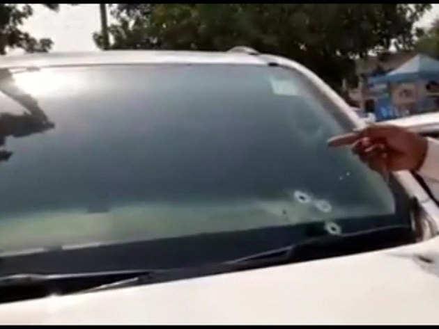 चौधरी की कार के शीशे पर गोलियों के निशान