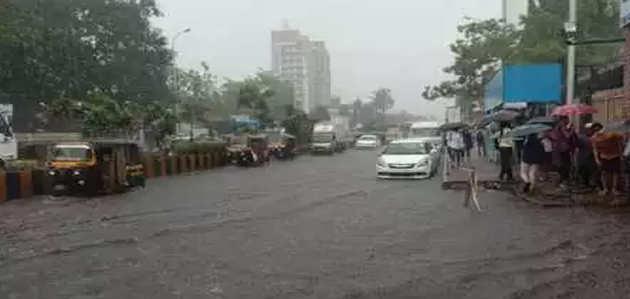 मुंबई में भारी बारिश, करंट लगने से 3 लोगों की मौत