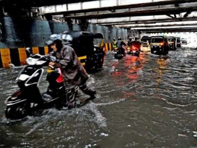 मुंबई के अंधेरी अंडरपास के पास भरा पानी।