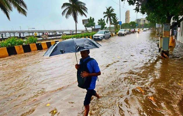 मुंबई में बारिश बनी लोगों के लिए आफत, जलभराव से जनजीवन प्रभावित