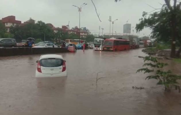 लगातार बारिश से मुंबई हुआ बेहाल, सड़कों पर भरा पानी