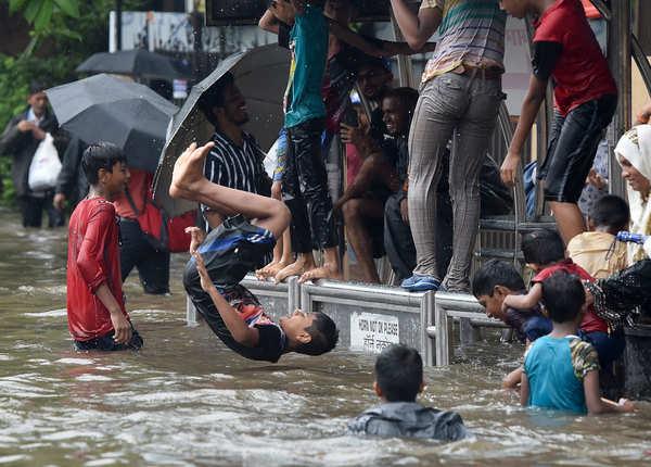 बारिश के पानी में बच्चों की मौज