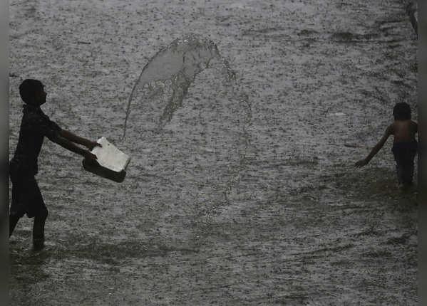 सड़क पर भरे पानी में खेलते नजर आए बच्चे
