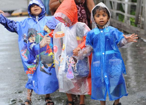 रेनकोट में बच्चों ने की मौज
