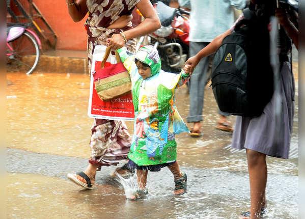 बारिश में स्कूल बंद होने से बच्चे खुश