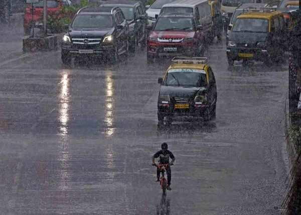 बारिश के बीच साइकल की सवारी