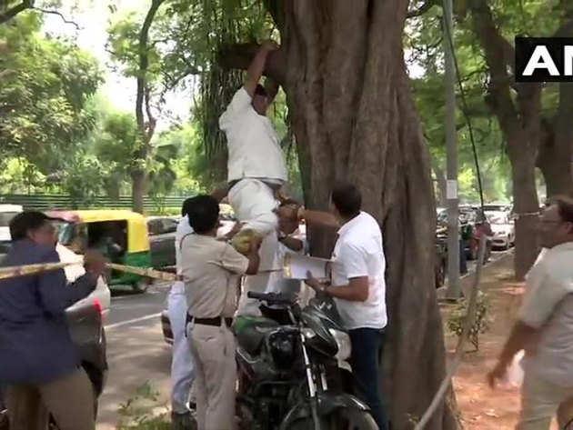 पुलिस ने कुछ लोगों की मदद से शख्स को उतारा गया