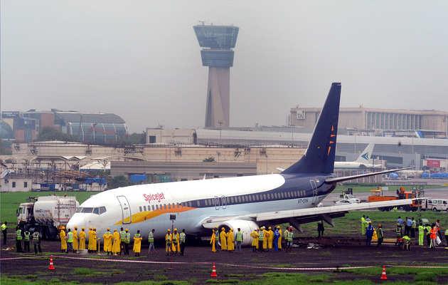 बारिश से बेहाल मुंबई, एयरपोर्ट के रनवे पर भरा पानी