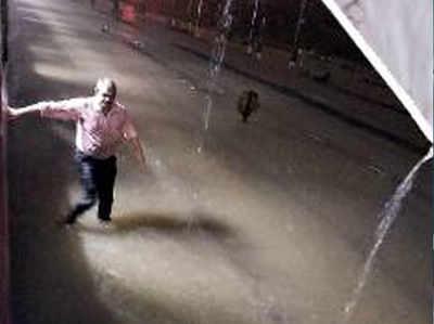 इस अनजान शख्स ने बारिश में फंसे यात्रियों को बचाया
