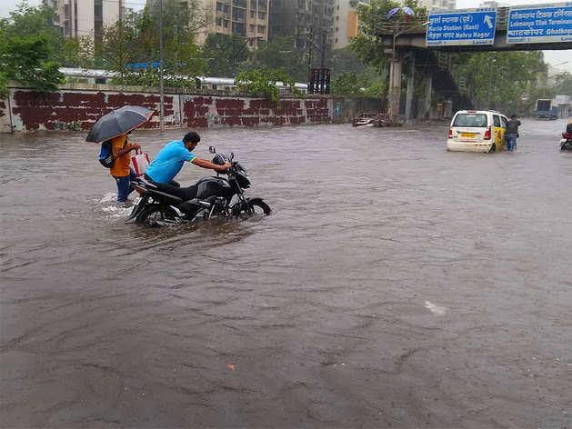 मुंबई की सड़कों पर दिख रहा ऐसा नजारा
