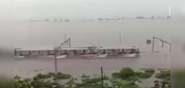 #Mumbairains: भारी बारिश ने लोकल ट्रेन की रफ्तार की धीमी