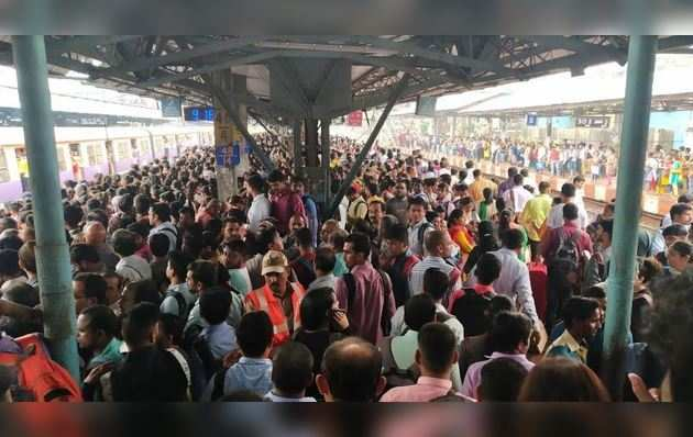 स्टेशन पर भीड़