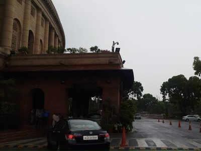 हल्की बारिश के बाद संसद का नजारा