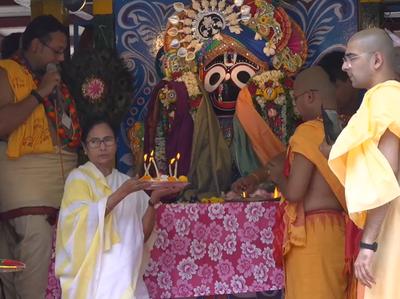 भगवान जगन्नाथ की आरती करतीं ममता बनर्जी