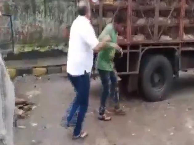 शिवसेना पार्षद ने चिकन व्यापारियों को पीटा