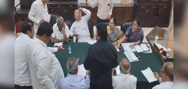 कर्नाटक में कांग्रेस-जेडीएस सरकार पर छाया संकट, 11 विधायकों ने इस्तीफा दिया