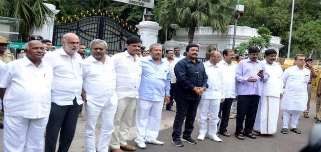 कर्नाटक: 10 कांग्रेस, 3 JD (S) विधायकों के इस्तीफ़े के बाद गठबंधन सरकार संकट में