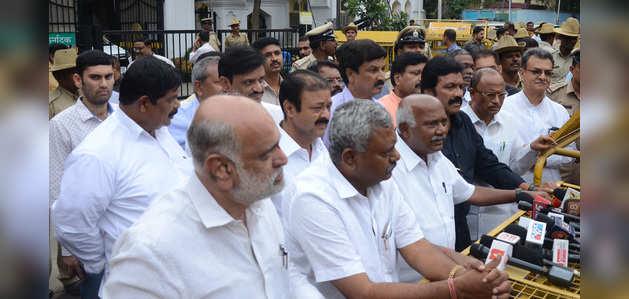कर्नाटक संकट: बागियों ने सरकार का ऑफर ठुकराया