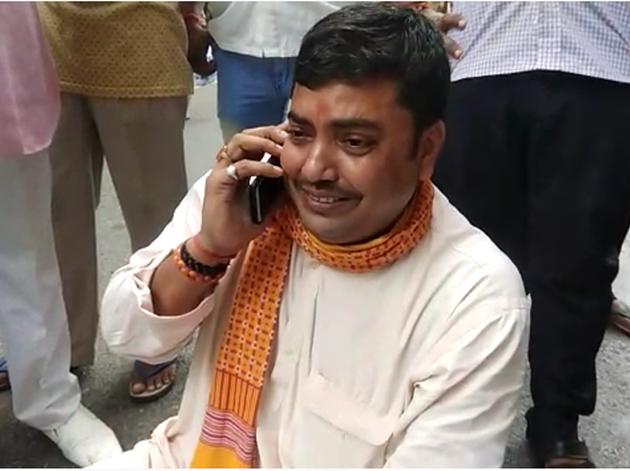 धरने पर बैठे बीजेपी नेता अनिल सिंह