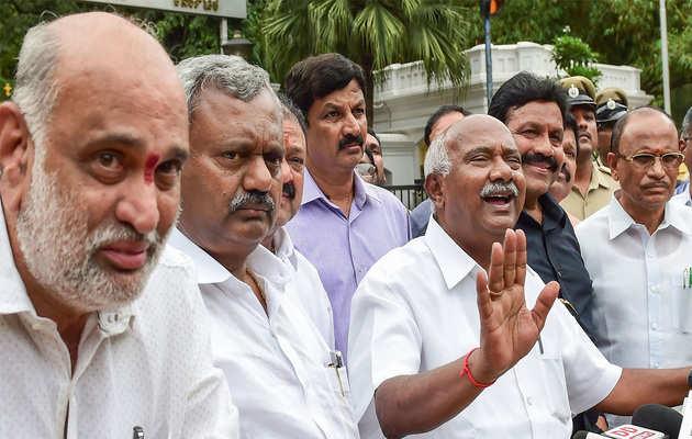 कर्नाटक संकट: बागी विधायकों की मांग, मुख्यमंत्री पद से हटें कुमारस्वामी