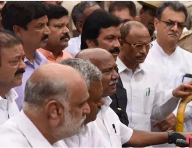 संकट में कर्नाटक सरकार