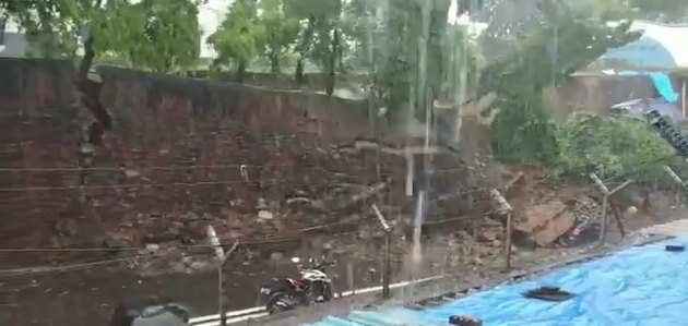 विडियो: बारिश के कारण मुंबई में ढही दीवार, एक घायल
