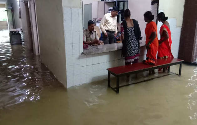 मुंबई: भारी बारिश के बाद पुलिस थाने, स्कूल में भरा पानी