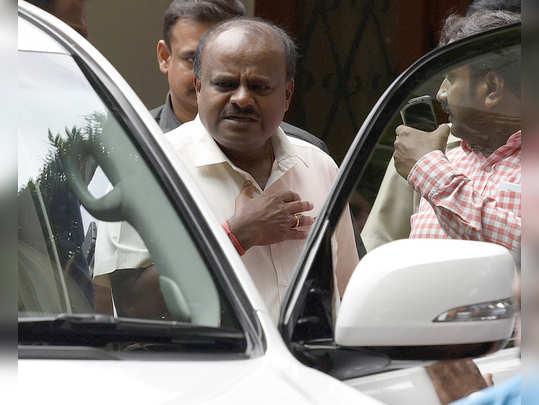 कर्नाटकात स्वेच्छेनेसर्व मंत्र्यांचे राजीनामे