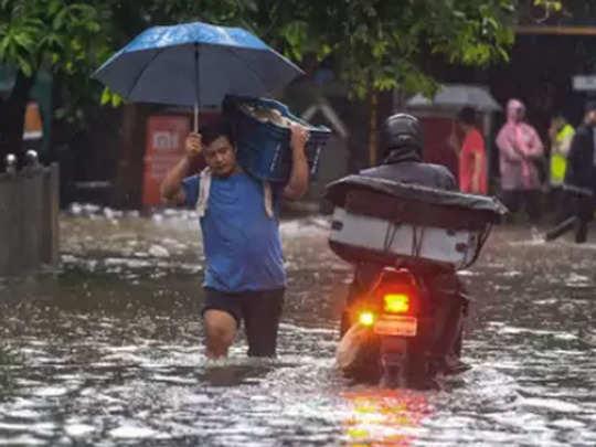 मुंबई में सोमवार की बारिश के बाद हुआ जलभराव
