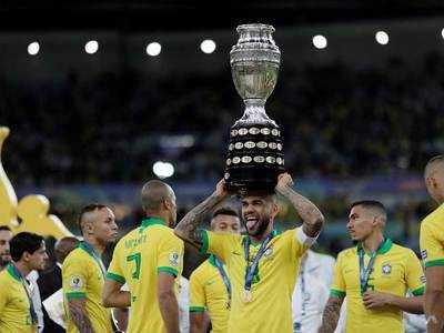 ट्रोफी के साथ ब्राजील टीम।