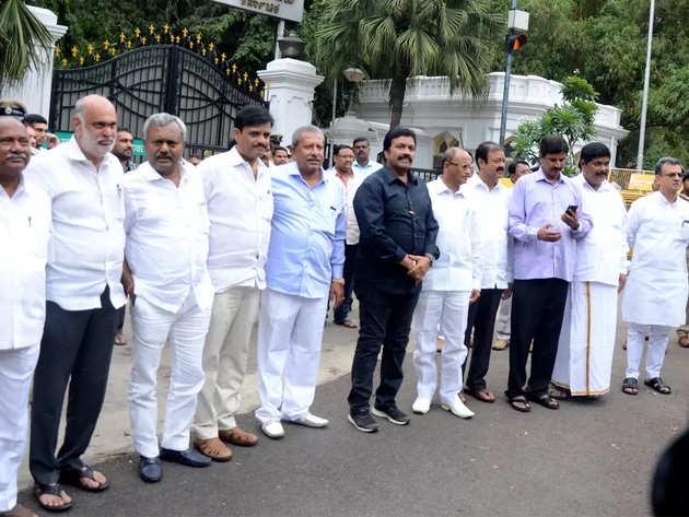 विधायकों ने मुंबई पुलिस कमिश्नर से मांगी मदद
