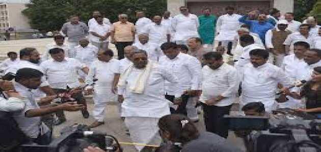 कर्नाटक संकट: बागी विधायकों को मनाने मुंबई पहुंचे 'संकटमोचक' डीके शिवकुमार