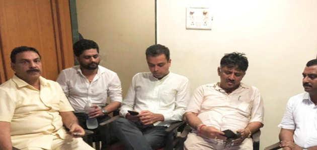 कर्नाटक संकट: मुंबई पुलिस ने डीके शिवकुमार, मिलिंद देवड़ा को हिरासत में लिया