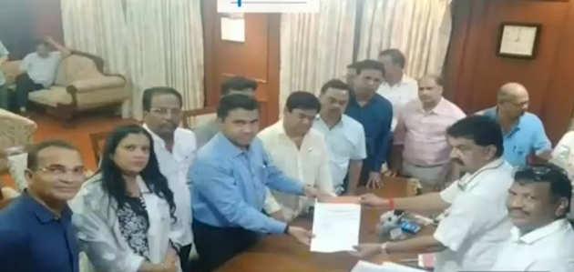 कर्नाटक के बाद कांग्रेस को गोवा में झटका, 10 विधायक बीजेपी में शामिल