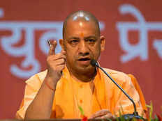 मुख्यमंत्री हेल्पलाइन पर आने वाली शिकायतों का समाधान कराएं अधिकारी: सीएम योगी