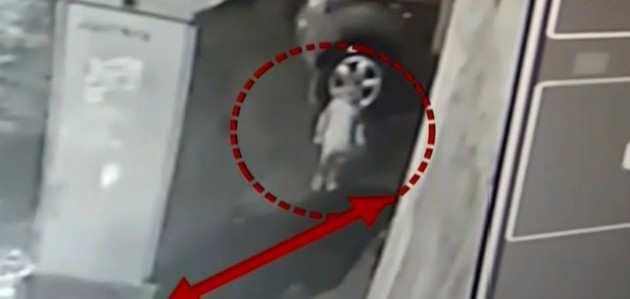 मुंबई में खुले गटर में गिरा 2 साल का बच्चा, बचाव कार्य जारी