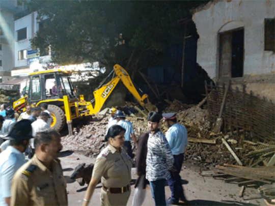 लष्कर परिसरात घर कोसळले