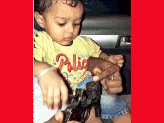 मुलासमोर बंदुकीत भरल्या गोळ्या