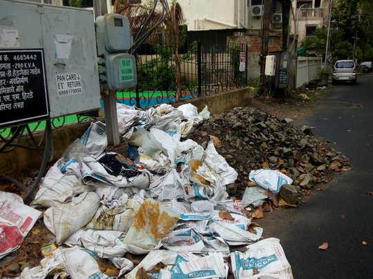 उद्यानाजवळ कचऱ्याचा ढिग