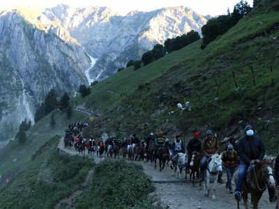 जम्मू-कश्मीर में अमरनाथ यात्रा के लिए पहुंचे लोग