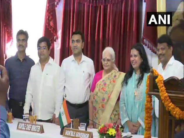 शपथ लेने के बाद राज्यपाल के साथ चारों नए मंत्री
