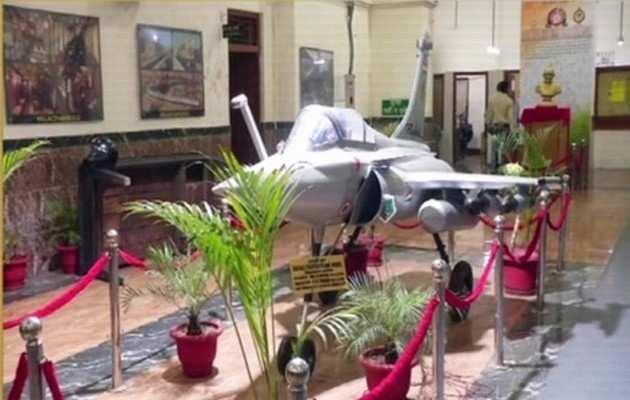 लखनऊ में रेलवे इंजीनियर ने कबाड़ से बनाया राफेल का मॉडल