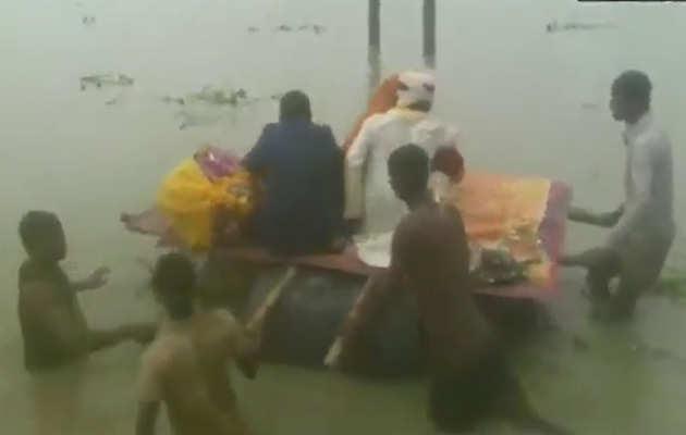 देखें, बिहार में बाढ़ से लोग बेहाल, पानी के ड्रम की डोली बना दुलहन को किया विदा