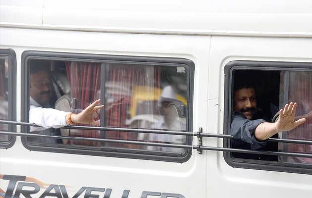 कर्नाटक संकट: बागी विधायक अपने इस्तीफे पर अड़े