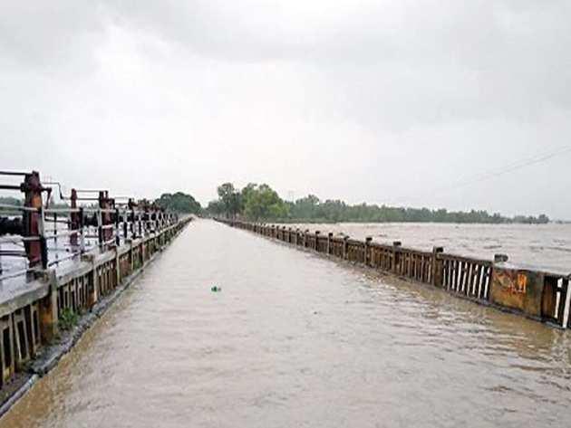 मधुबनी जिले में पुल के ऊपर से बहता बाढ़ का पानी