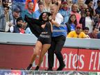 वर्ल्ड कप फाइनल मैच के दौरान मैदान में उतारने लगी कपड़े